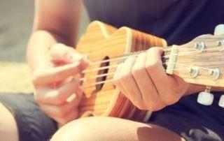 como tocar ukulele